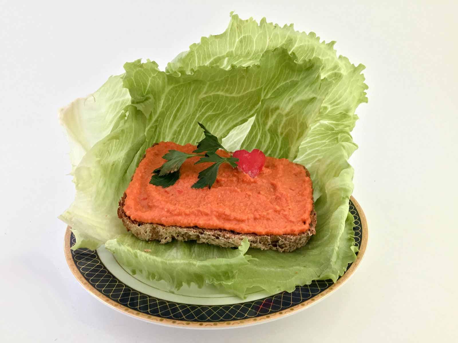 Humus sa crvenom paprikom na hlebu